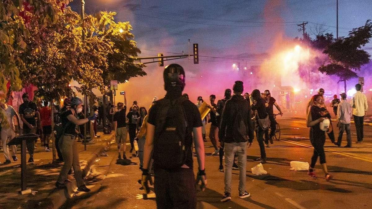 """Los incendios arden en Minneapolis; Trump llama a los manifestantes """"matones"""". Crece el odio racial en USA"""